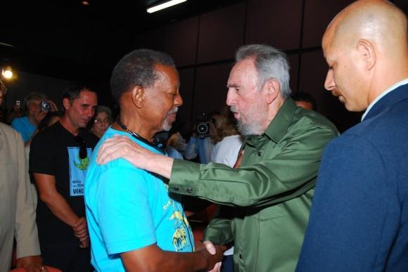 Fidel saluda a Lucius Walker, líder de los Pastores por la paz. Foto: Estudios Revolución