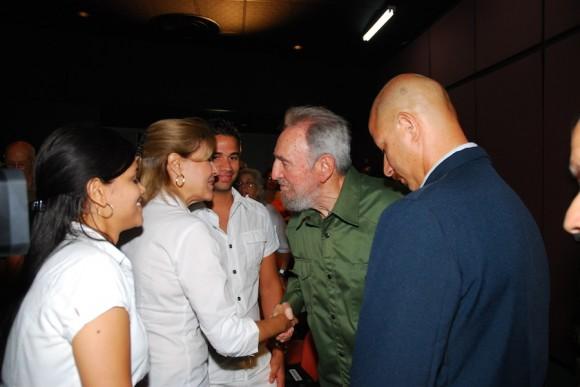 Fidel saluda a familiares del Comandante Juan Almeida. Foto: Estudios Revolución