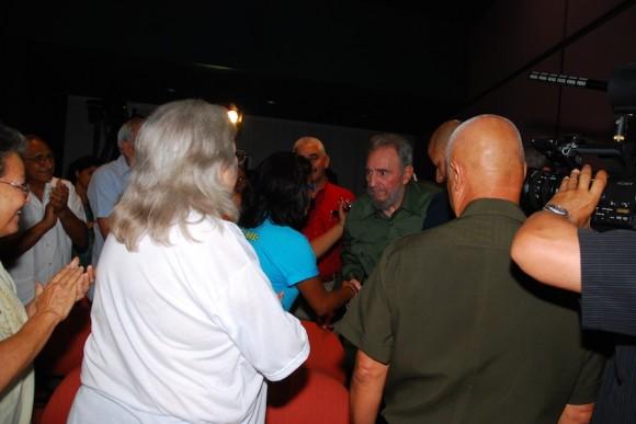 Fidel saluda a Sara González y a Vicente Feliú. Foto: Estudios Revolución