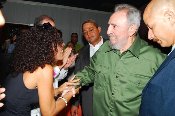 Fidel saluda a Marina Menéndez, subdirectora de Juventud Rebelde. Foto: Estudios Revolución