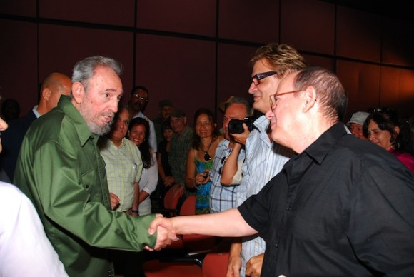 Fidel saluda a Silvio Rodríguez y Amaury Pérez. Foto: Estudios Revolución