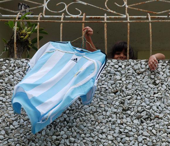 Una niña de la ciudad de Pinar del Río, exhibe desde su balcón la camiseta de la selección Argentina de Fútbol, el 02 de julio de 2010, con motivo de la Copa Mundial de Fútbol que se desarrolla en Sudáfrica. AIN Foto: Abel PADRON PADILLA
