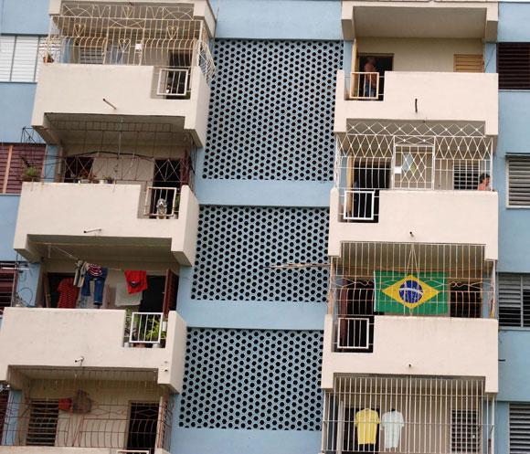 La bandera brasileña es sin dudas de las más vistas en los balcones de la ciudad de Pinar del Río, una vez que el mundial de Fútbol Sudáfrica 2010 entra en su etapa de cuartos de final y la pasión aumenta en los balcones de la ciudad de Pinar del Río. 02 de julio de 2010. AIN Foto: Abel PADRON PADILLA