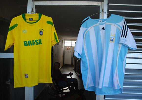 La familia pinareña se suma a la fiesta que genera el mundial de Fútbol Sudáfrica 2010 y cuelga de sus balcones las camisetas de sus selecciones favoritas. 02 de julio de 2010. AIN Foto: Abel PADRON PADILLA