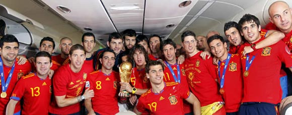El equipo de España durante el viaje de regreso desde Sudáfrica