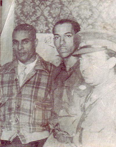 De izquierda a derecha Basilio Cueria, Danilo Díaz Machado y un oficial español. Foto de archivo