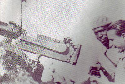 Norberto Borges Aldama y un combatiente español junto a una pieza de artillería. Foto de archivo