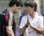 Michael Ballack junto al técnico Joachim Loew
