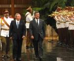 El General de Ejército Raúl Castro Ruz (C.izq.), presidente de los consejos de Estado y de Ministros de la República de Cuba, recibió en ceremonia solemne, a Leonel Antonio Fernández Reyna (C der.), presidente de la República Dominicana, en el Palacio de la Revolución, en Ciudad de La Habana, la tarde del 22 de junio de 2010. AIN FOTO/Marcelino VAZQUEZ HERNANDEZ