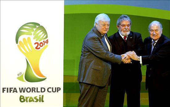 El presidente de Brasil, Luiz Inácio Lula da Silva,c, el presidente de la FIFA, Joseph Blatter,d, y Ricardo Texeira,iz, presidente de CBF, durante la presentación, esta tarde en Johannesburgo, del emblema oficial del Mundial de Fútbol de 2014, que tendrá como sede a Brasil. EFE/Antonio Lacerda.