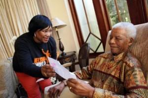 Zindzi Mandela, la hija pequeña del ex presidente sudafricano Nelson Mandela le enseña una carta a su padre el sábado.  Foto AFP