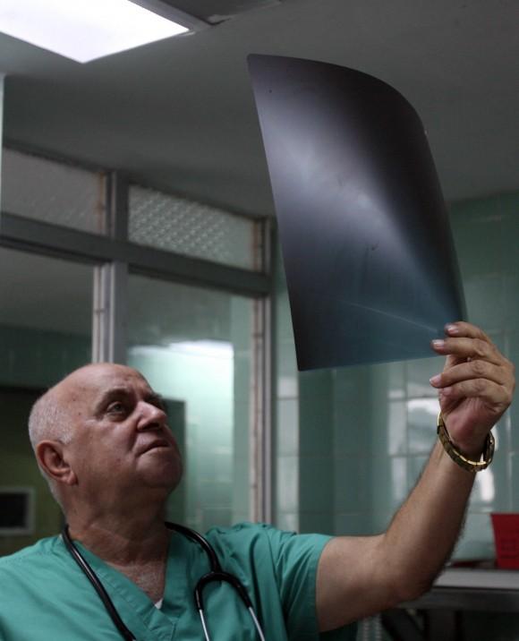 El doctor Armando Caballero, jefe de los Servicios de Terapia Intensiva del Hospital Universitario Arnaldo Milián Castro, de Santa Clara