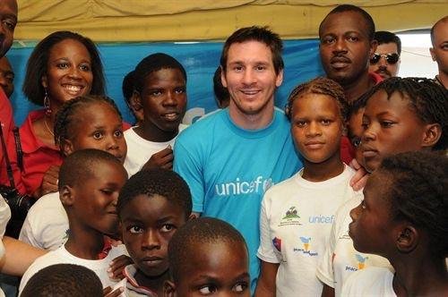 Messi, el futbolista argentino, llegó de visita a visita Haití. Foto: UNICEF