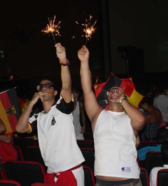 El Mundial de Fútbol visto desde el Cine Yara, en La Habana, Cuba.