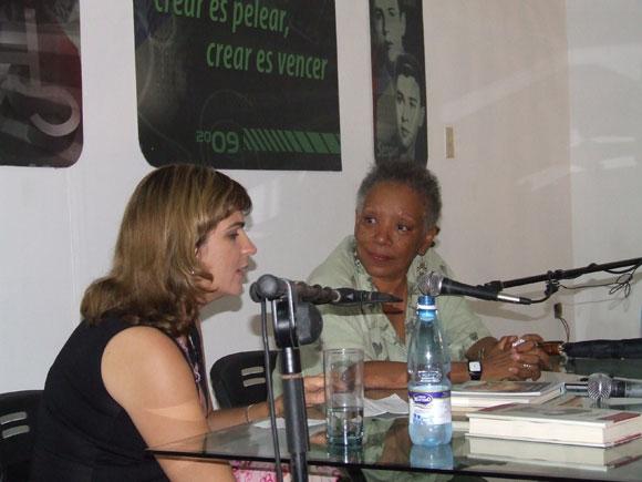 Nancy Morejón en el espacio Encuentros en la feria Arte en la Rampa. Foto: Marianela Dufflar