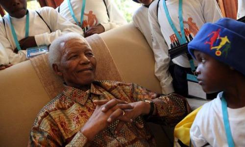 Nelson Mandela recibe a un grup de niños que han viajado hasta Johannesburgopara celebrar el cumpleaños del líder africano. EFE.