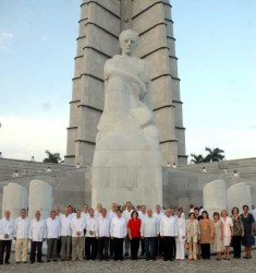 """Nuevos embajadores cubanos rindieron tributo a """"José Martí"""", depositando una ofrenda floral, en el monumento que honra su memoria en la Plaza de la Revolución., en Ciudad de La Habana, el 17 de julio de 2010. Foto AIN"""