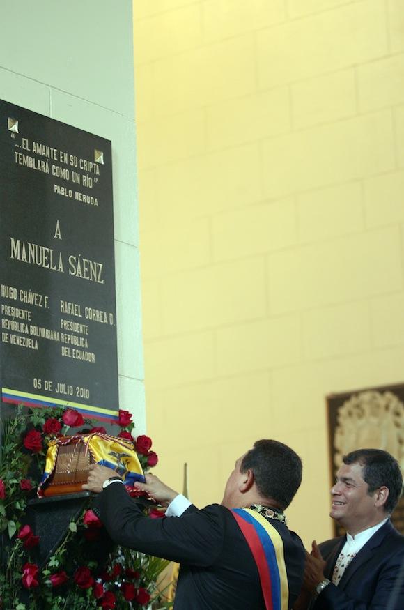 Hugo Chávez y Rafael Correa, colocaron los restos simbólicos de la heroína latinoamericana, Manuelita Sáenz