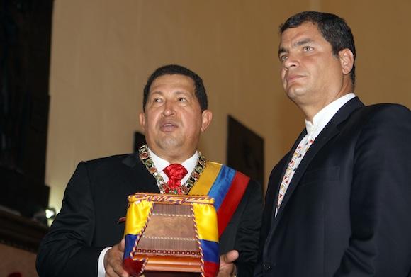 El presidente de la República Bolivariana de Venezuela, Hugo Chávez y su homólogo de Ecuador, Rafael Correa, colocaron los restos simbólicos de la heroína latinoamericana, Manuelita Sáenz