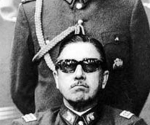 Augusto Pinochet (sentado) y Manuel Contreras