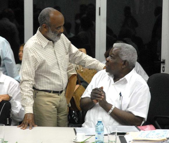 Esteban Lazo Hernández (I), Vicepresidente del Consejo de Estado, y Rene Preval (D), presidente de Haití, presidieron la reunión de trabajo bilateral, que se celebró en el ministerio para la Inversión Extranjera, en Ciudad de La Habana. AIN FOTO/Marcelino VAZQUEZ HERNANDEZ