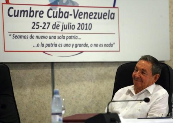 El General de Ejército Raúl Castro Ruz, presidente de los Consejos de Estado y de Ministros de Cuba, preside la Primera Cumbre Cuba-Venezuela, en el Hotel Ensenachos, en Cayo Santa Maria, Villa Clara, Cuba, el 26 de julio de 2010. AIN FOTO POOL/Ismael FRANCISCO/PL/sdl