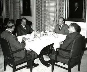 El presidente Nixon, el asesor de seguridad nacional Henry Kissinger, el secretario de Defensa, Laird, y el Presidente del Estado Mayor Conjunto,Wheeler, fueron los jugadores clave en la respuesta de la administración Nixon ante el derribo de un avión espía de EE.UU. en Corea del Norte. El derribo ocurrió en enero de 1969.