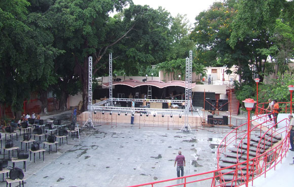 Vista panorámica del escenario del Salón Rosado de la Tropical. Foto: Marianela Dufflar