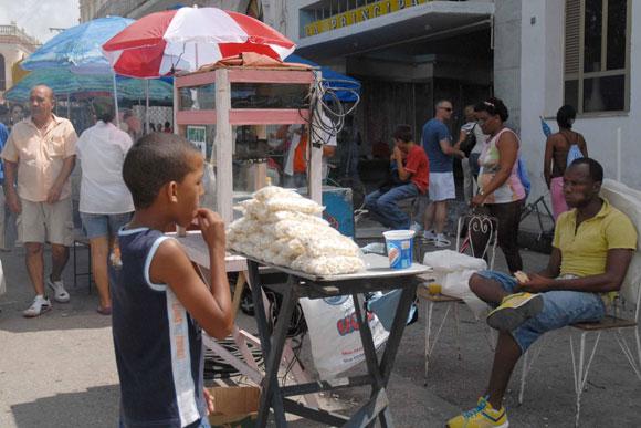 Comerciantes animan la preparación de los festejos del tradicional Santiago Espirituano, en la ciudad de Sancti Spíritus, el 20 de julio de 2010. AIN Foto: Oscar ALFONSO SOSA