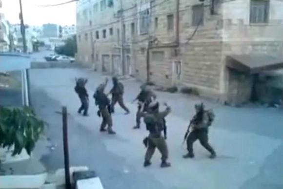 soldados_israelies_bailan_hebron