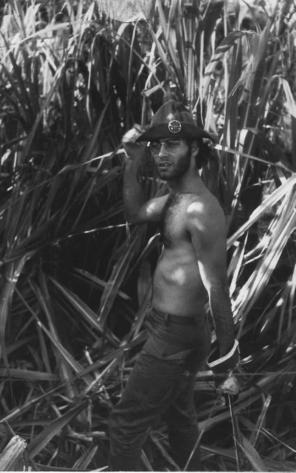 """Mensaje de Vicente a Amaury: """"La foto es de Miguel Durán. Campamento de los hippies del Vedado. Zafra del 70. El pantalón es de Silvio, de cuando estaba en el ejército.  El sombrero es de los guerrilleros vietnamitas, regalado a no sé quién por Yeyé. Machete en plena zafra es una frase de Créeme.  La foto me apareció años después de compuesta la canción… Para que veas que no hablé cáscara…"""""""