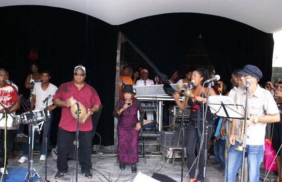 Juana Bacallao y su grupo Tiembla Tierra abrieron la tarde de reapertura del Salón Rosado de la Tropical. Foto: Marianela Dufflar