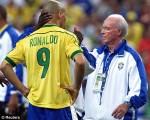 Zagallo (der.), junto a Ronaldo, cuando dirigió el seleccionado brasileño campeón del mundo