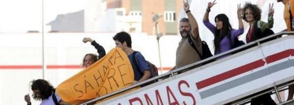 Los catorce españoles participantes en la manifestación en apoyo al pueblo saharaui en El Aaiún, a su llegada al Puerto de La Luz y de Las Palmas, en Gran Canaria. / Efe