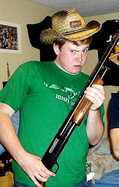 Esta es una foto del joven Enright, el agresor, colocada en su página de Facebook. Tiene un arma en la mano como si la guerra y la violencia fuese su destino.