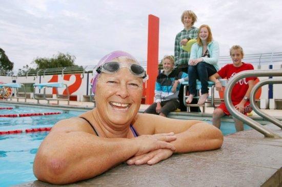 Sue se ha convertido en la mujer más anciana en cruzar a nado el canal. Foto: EFE