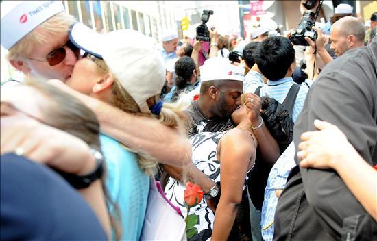 Besos colectivos. Foto: Europa Press