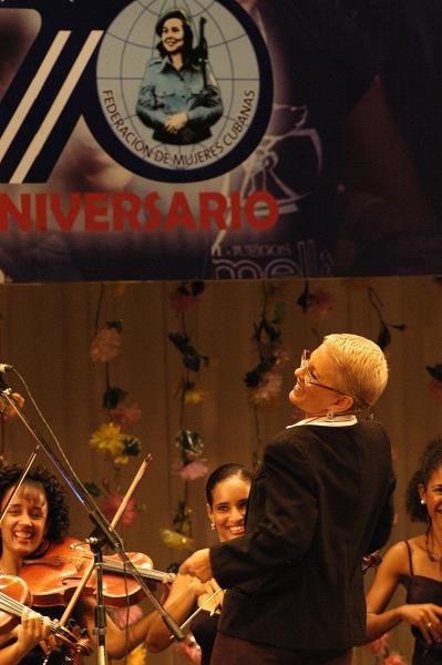 Zenaida Romeu, directora de la Camerata Romeu, durante la gala político cultural por el aniversario 50 de la Federación de Mujeres Cubanas, que tuvo lugar en la Sala Universal de las Fuerzas Armadas Revolucionarias (FAR), en La Habana, Cuba, el 23 de agosto de 2010. AIN FOTO/Sergio ABEL REYES/