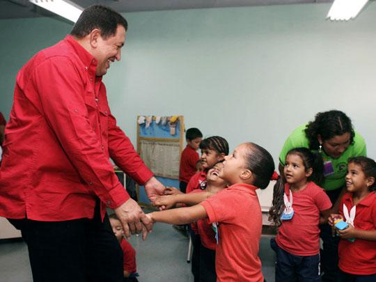 El presidente Hugo Chávez comparte con un grupo de niños venezolanos