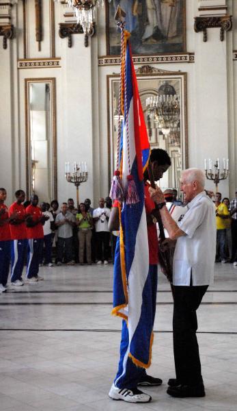 20100805OCA_03  José Ramón Fernández Álvarez (der.), vicepresidente del Consejo de Ministros, abanderó a la delegación deportiva cubana que participará en los Primeros Juegos Olímpicos Juveniles a realizarse del 14 al 28 de agosto de 2010 en la República de Singapur, realizado el 5 de agosto de 2010 en el Memorial Granma, Ciudad de La Habana. AIN FOTO/Oriol de la Cruz ATENCIO/are