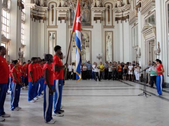 20100805OCA_04  Aimée Hernández Delgado (der.), cuarto lugar del Campeonato Mundial de Remo, dio lectura al compromiso de la delegación deportiva cubana que participará en los Primeros Juegos Olímpicos Juveniles a realizarse del 14 al 28 de agosto de 2010 en la República de Singapur, en el acto realizado el 5 de agosto de 2010 en el Memorial Granma, Ciudad de La Habana. AIN FOTO/Oriol de la Cruz ATENCIO/are