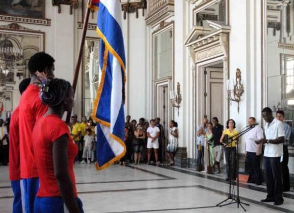 20100805OCA_05  Roberto León Richard Aguiar (D), Vicepresidente Primero del Instituto Nacional de Deportes Educación y Recreación (INDER) pronunció las palabras centrales del acto de abanderamiento a la delegación deportiva cubana que participará en los Primeros Juegos Olímpicos Juveniles a realizarse del 14 al 28 de agosto de 2010 en la República de Singapur, en el acto realizado el 5 de agosto de 2010 en el Memorial Granma, Ciudad de La Habana. AIN FOTO/Oriol de la Cruz ATENCIO/are