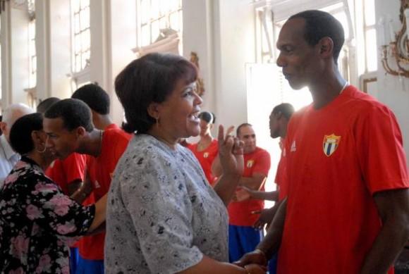 20100805OCA_06  Olga Lidia Tapia (I), miembro del Secretariado del Comité Central del Partido Comunista de Cuba, saludó a los miembros de la delegación deportiva cubana que participará en los Primeros Juegos Olímpicos Juveniles a realizarse del 14 al 28 de agosto de 2010 en la República de Singapur, en el acto realizado el 5 de agosto de 2010 en el Memorial Granma, Ciudad de La Habana. AIN FOTO/Oriol de la Cruz ATENCIO