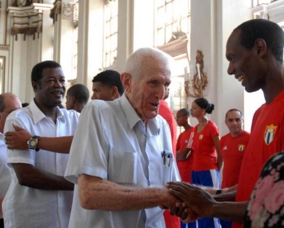 20100805OCA_07  José Ramón Fernández Álvarez (I), vicepresidente del Consejo de Ministros, saludó a los miembros de la delegación deportiva cubana que participará en los Primeros Juegos Olímpicos Juveniles a realizarse del 14 al 28 de agosto de 2010 en la República de Singapur, en el acto realizado el 5 de agosto de 2010 en el Memorial Granma, Ciudad de La Habana. AIN FOTO/Oriol de la Cruz ATENCIO