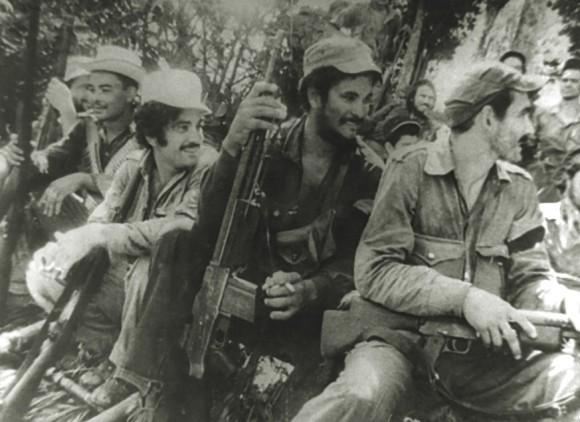 En primer plano, de derecha a izquierda, el teniente Eddy Suñol y el combatiente Fidel Vargas, entre otros rebeldes.