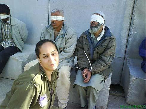 La mujer soldado reprodujo las degradantes fotos de Abu Grahib