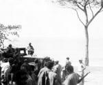 Guerrileros del Ejército Rebelde junto a un camión capturado en El Uvero.