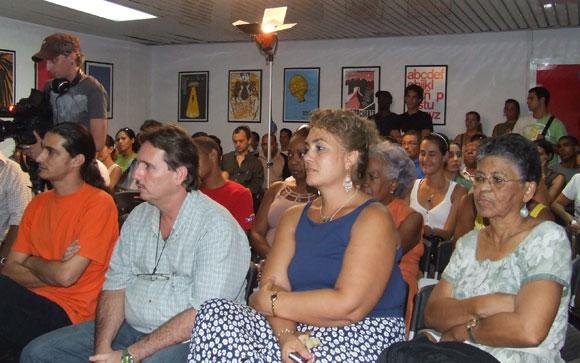 El público compartió con el artista de la plástica José Ramón Villa Soberón, protagonista del espacio Encuentro en la Feria Arte en la Rampa. Foto: Marianela Dufflar