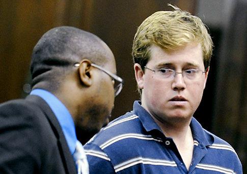 """Aquí vemos a Enright cuando era interrogado por el juez donde se le inicio causa por """"intento de homicidio""""  y """"crimen de odio"""""""