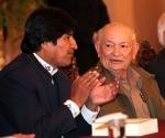 """El presidente boliviano, Evo Morales (i), conversa con el comandante cubano Guillermo García Frías (d), durante la presentación del libro """"La victoria estratégica"""", escrito por Fidel Castro, en La Paz (Bolivia). Morales dijo que el mejor homenaje a la """"lucha revolucionaria"""" del ex presidente Castro es """"no ser agentes"""" del capitalismo ni del """"imperialismo norteamericano"""". EFE/Martin Alipaz"""